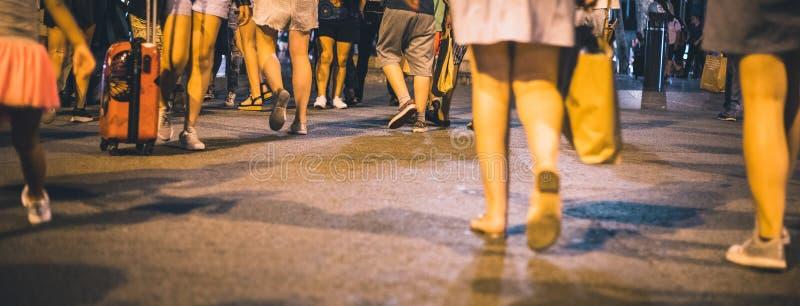 Tłum iść na piechotę depresję strzelającą na crosswalk podczas nocy zdjęcia royalty free
