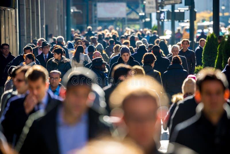 Tłum ludzie chodzi na ulicznym chodniczku obrazy royalty free