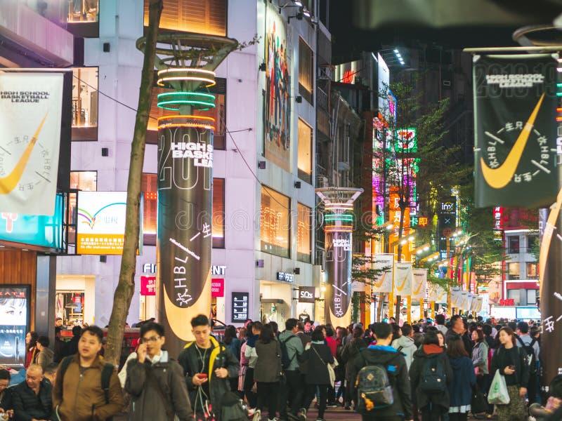 Tłum ludzie chodzi przy Ximending młodości zakupy okręgiem, Jeden popularny miejsce przeznaczenia dla turystów zdjęcie stock