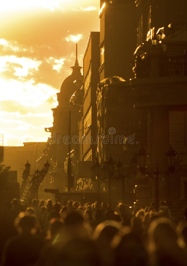 Tłum ludzie chodzi w dół ulicę przy lato wieczór, piękny światło przy zmierzchem fotografia royalty free