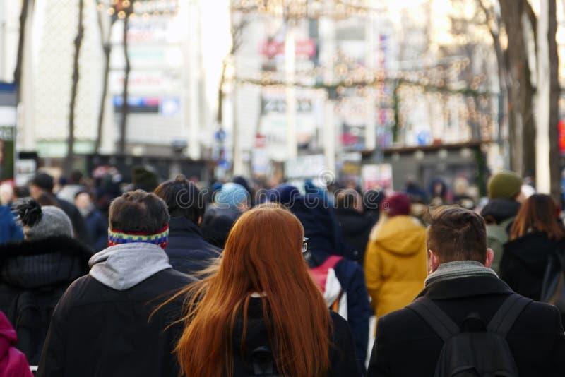 Tłum ludzie chodzi w dół ulicę w Wiedeń w nastanie okresie zdjęcie royalty free