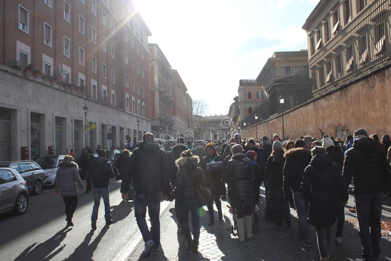 Tłum ludzie chodzi wewnątrz Przez Di Porta Arcydzięgiel zdjęcie royalty free