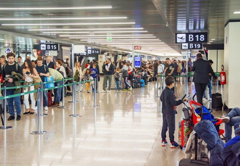T?um ludzie czeka w linii sprawdza? wewn?trz przy lotniskiem obraz royalty free