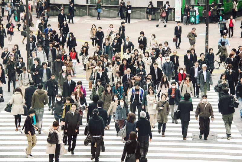 Tłum ludzie na ulicie w Tokio obrazy stock