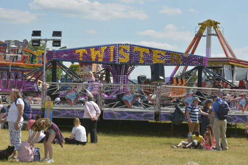 Tłum ludzie podziwia różnorodne oferty w parku rozrywkim Cheltenham Zjednoczone Królestwo, Czerwiec - 22, 2019 - zdjęcie royalty free