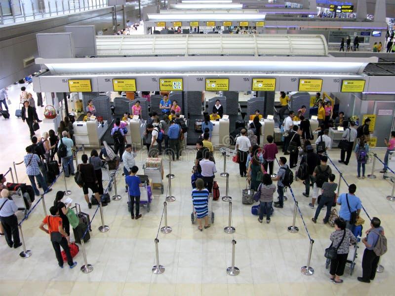 Tłum ludzie przy lotniskiem obraz royalty free