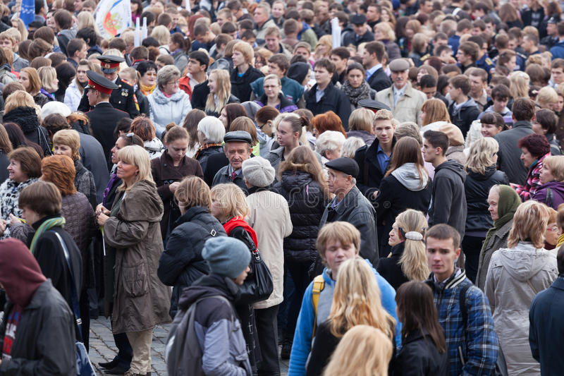Tłum ludzie przy stacyjnym czekaniem dla elektrycznego pociągu zdjęcia stock