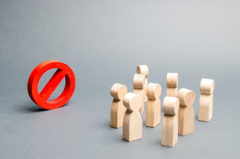 Tłum ludzie spojrzeń przy czerwień znakiem ŻADNY Overton okno prohibicja, tabu, prohibicja i odrzucenie, Konserwatyzm, obraz stock