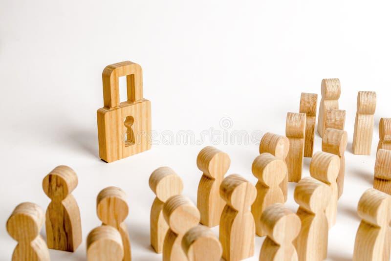 Tłum ludzie spojrzeń przy drewnianą kłódką Pojęcie ochrona i bezpieczeństwo Ochrona osobiści dane i namacalna własność obraz stock