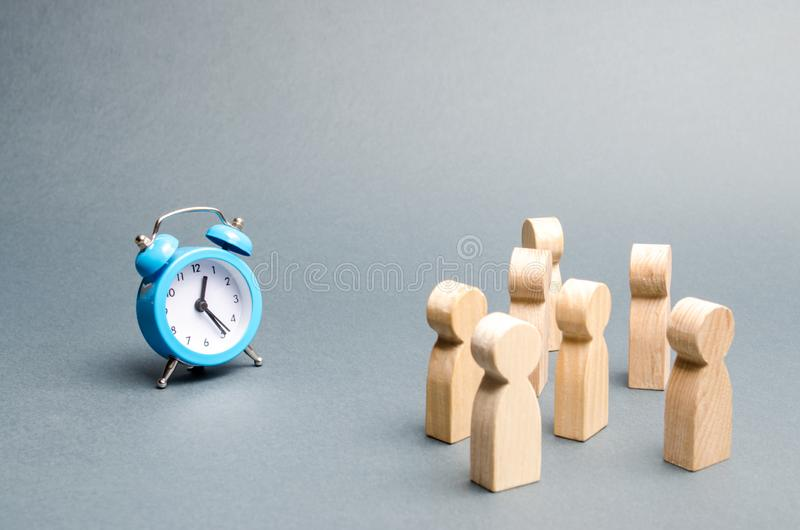 Tłum ludzie spojrzeń przy zegarem Uwag ludzie przykuwają zegar Czekać na wydarzenie z czasem Przeniesienie godziny zdjęcia stock