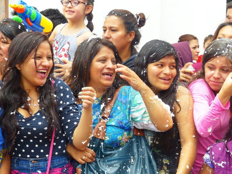Tłum ma zabawę gdy piana rozpyla na everyone Traditiona karnawał w Cuenca, Ekwador obraz royalty free