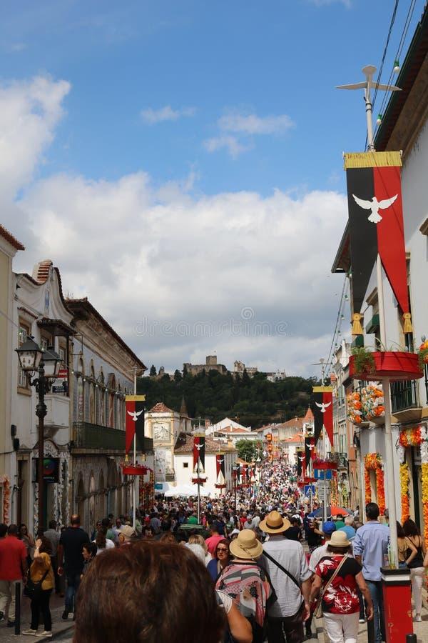 Tłum najeżdża Tomar ulicy brać na taca festiwalu obrazy royalty free