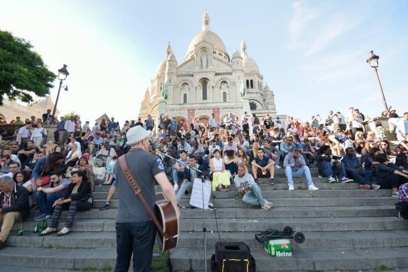 Tłum Ogląda Musican Na zewnątrz Sacre Coeur Paryż obraz royalty free