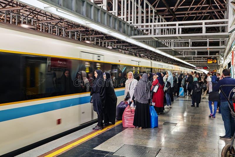 Tłum pasażery na stacja metru estradowym pobliskim pociągu, Iran obraz royalty free
