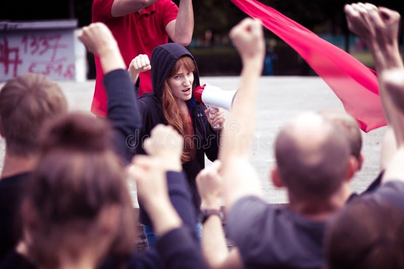 Tłum protestuje przeciw rzędowi obrazy royalty free
