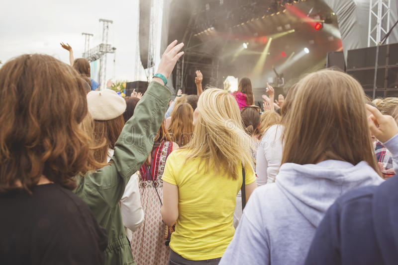 Tłum przy festiwalem muzyki zdjęcia stock