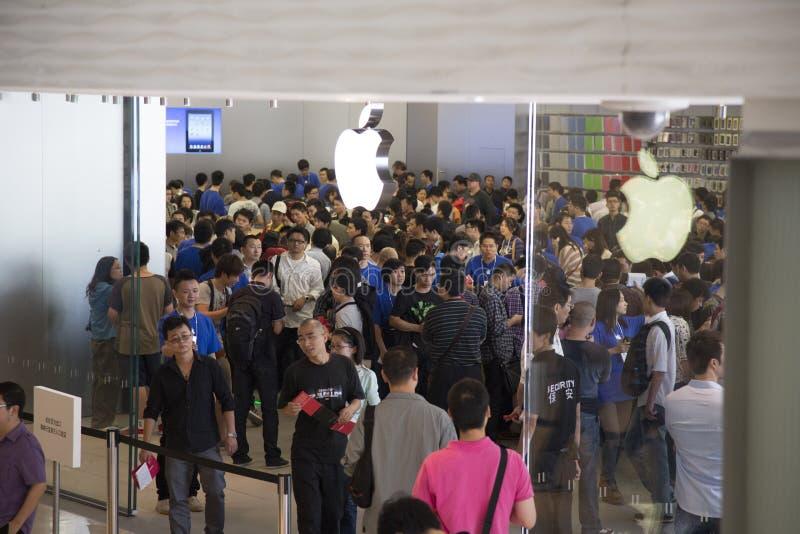 Tłum przy Jabłczanym sklepem Shenzhen, Chiny obrazy stock