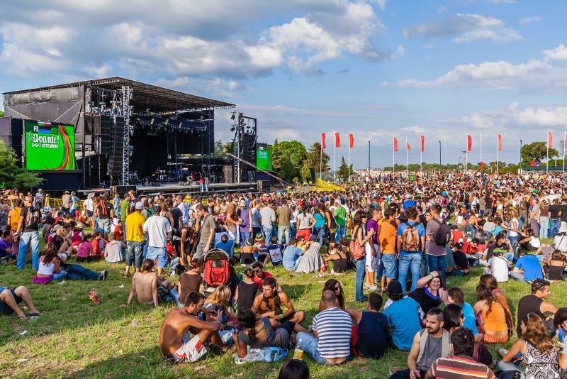 Tłum przy koncertem w Festa robi Avante festiwalowi znacząco kulturalny wydarzenie w Portugalia obrazy royalty free