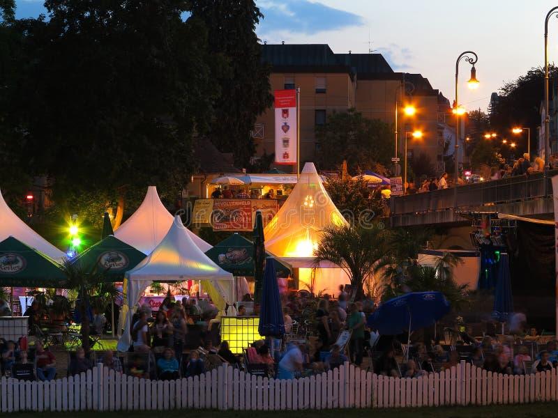 Tłum przy lato nocy festiwalem zdjęcie royalty free