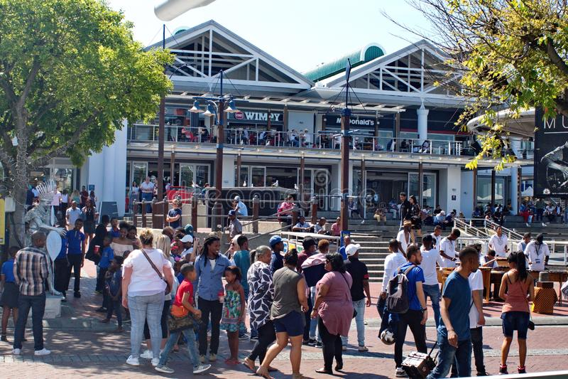 Tłum przy V&A nabrzeżem obrazy stock