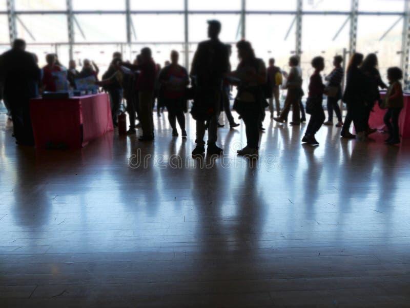 Tłum sylwetka przy wejściem convention center obrazy royalty free