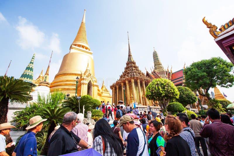 Tłum turyści cieszy się piękną złotą antyczną świątynią przy Watem Phra Kaew, Tajlandia zdjęcia stock