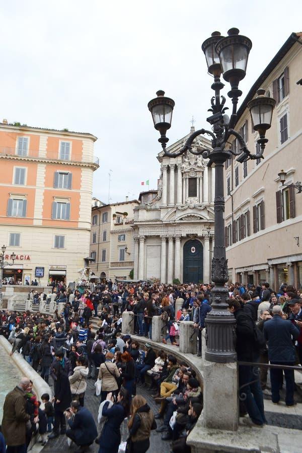 Tłum turyści patrzeje Trevi fontannę fotografia royalty free