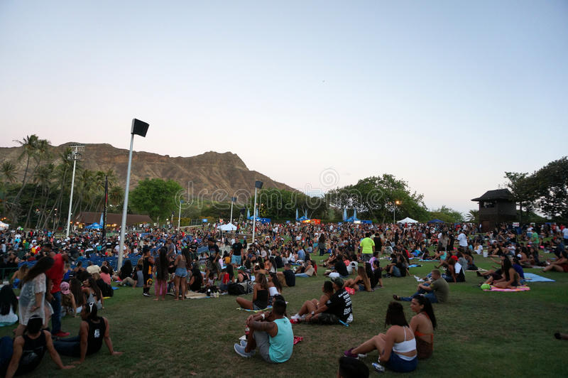 Tłum wiesza out na gazonie przy MayJah RayJah koncertem zdjęcia stock