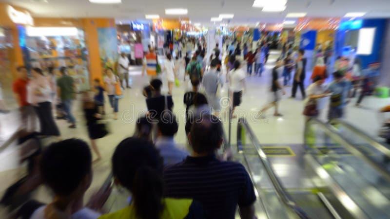 tłumu centrum handlowego zakupy