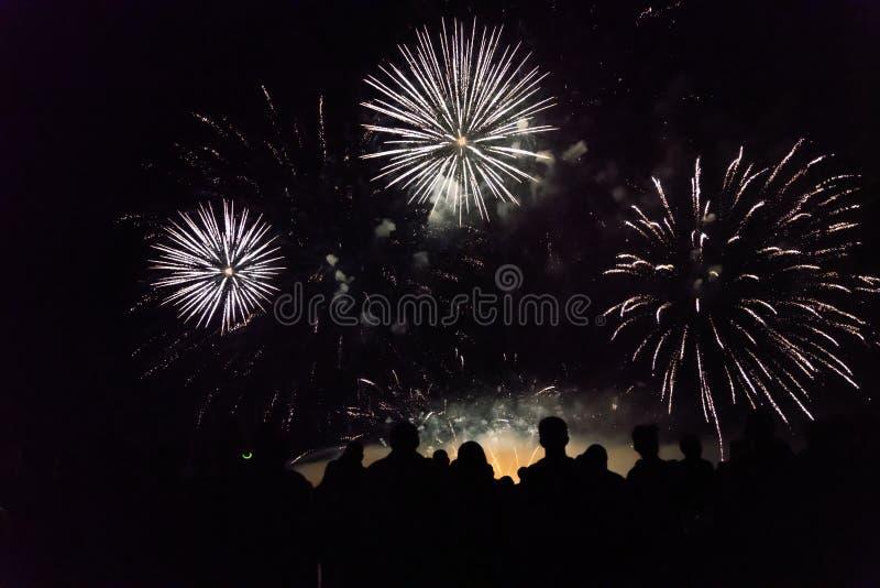 Tłumu dopatrywania odświętności i fajerwerków nowego roku wigilia fotografia stock