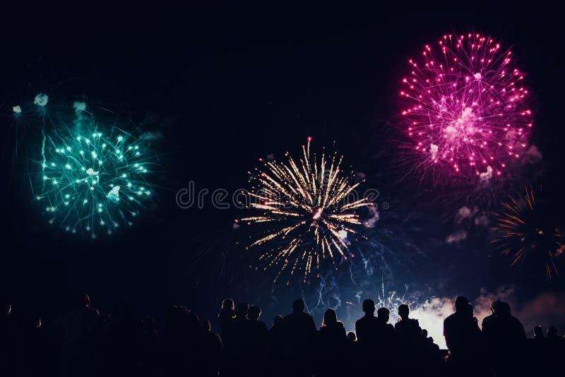 Tłumu dopatrywania odświętności i fajerwerków nowego roku wigilia obrazy royalty free