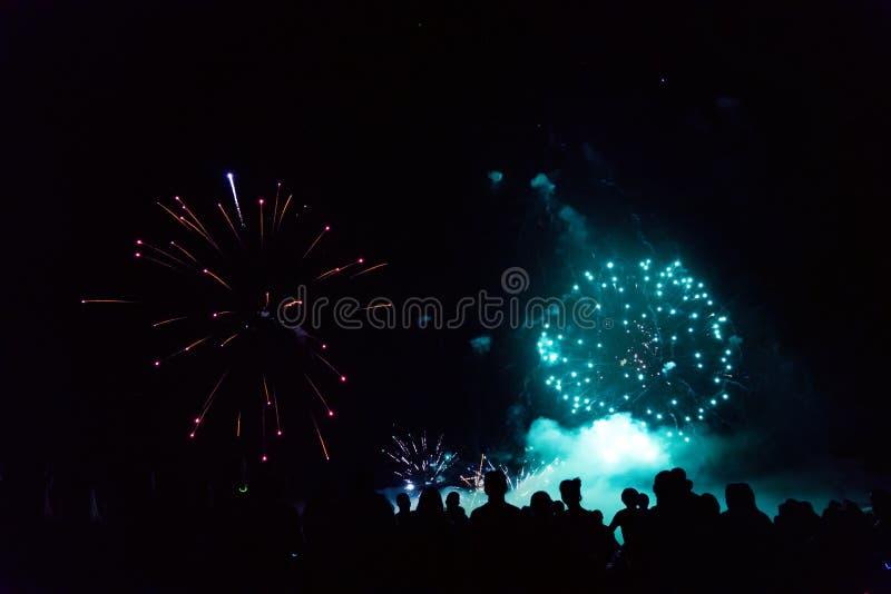 Tłumu dopatrywania odświętności i fajerwerków nowego roku wigilia zdjęcie stock
