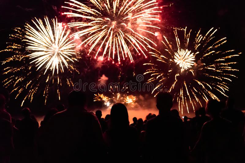 Tłumu dopatrywania odświętności i fajerwerków nowego roku wigilia zdjęcia royalty free