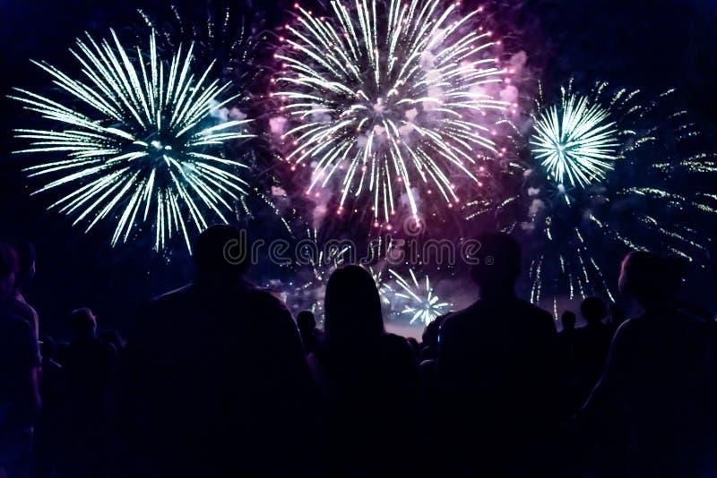 Tłumu dopatrywania odświętności i fajerwerków nowego roku wigilia zdjęcia stock