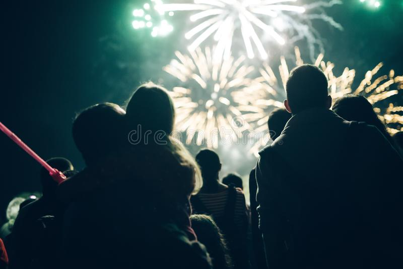 Tłumu dopatrywania odświętności i fajerwerków nowego roku wigilia obraz royalty free