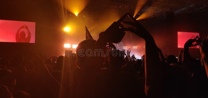Tłumu nastrój przy rockowym koncertem obraz royalty free