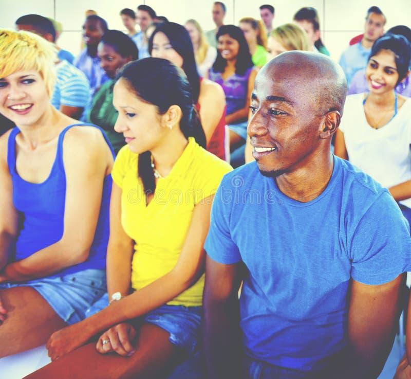 Tłumu uczenie Świętuje Przypadkowego Różnorodnego Etnicznego pojęcie zdjęcie royalty free
