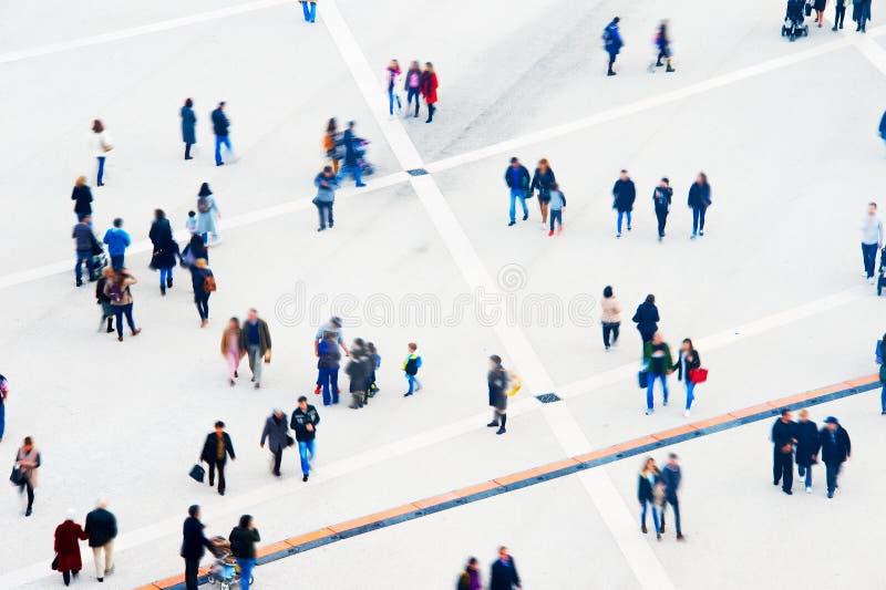 Tłumu widok z lotu ptaka tło plama zamazywał chwyta frisbee doskakiwania ruch obrazy royalty free