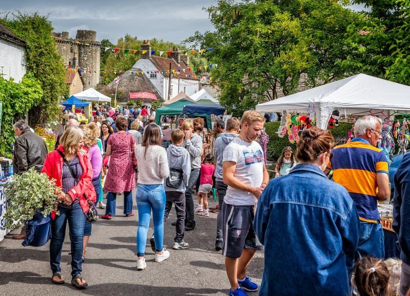 Tłumy robi zakupy przy ulicznymi kramami podczas Nunney Fayre w Nunney, Somerset, zdjęcie royalty free