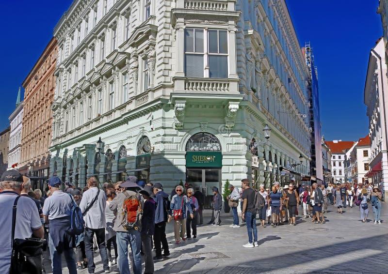 Tłumy turystów na ulicy Panskiej w starym mieście, Bratysława, Słowacja fotografia stock