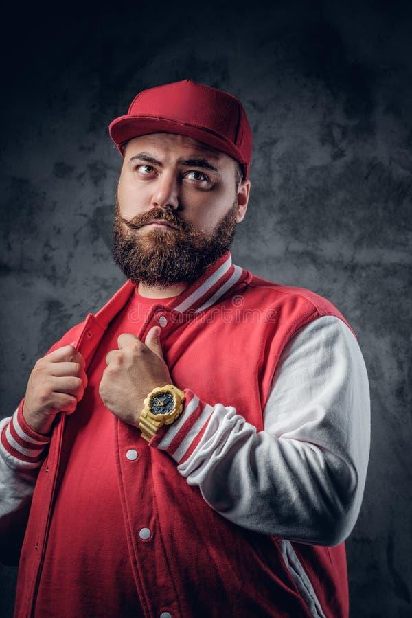 Tłusta brodata samiec w hip hop odzieżowym i baseball nakrętce fotografia royalty free