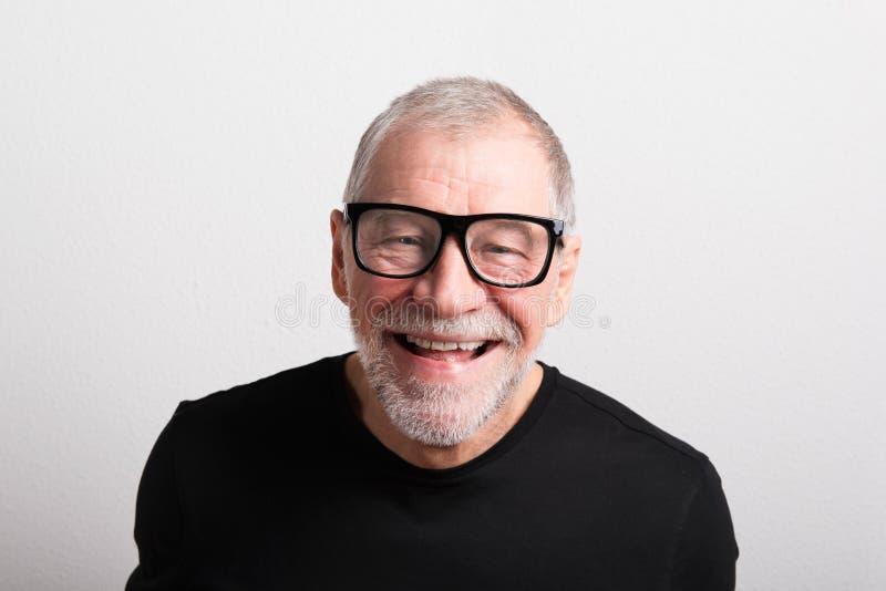 黑T恤杉和镜片的,演播室射击老人 免版税库存图片