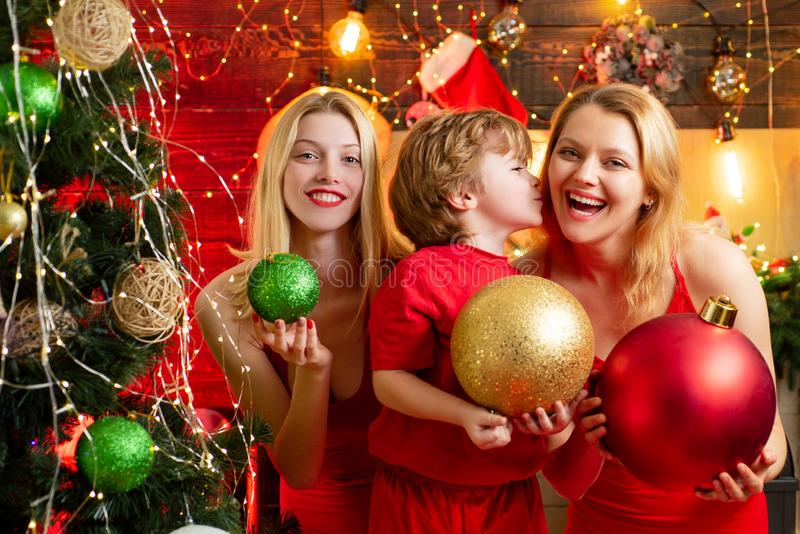 t Желания утехи мира любов Мальчик ребенк с сестрами мамы или тетушек имея потеху Потеха семьи рождества Рождественская вечеринка стоковые фото