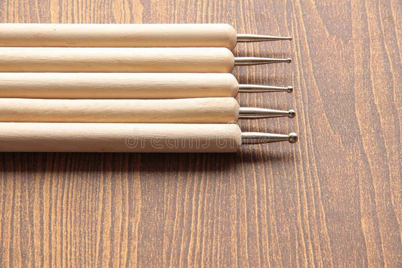 T-колокол инструмента скульптуры на бумажной деревянной предпосылке стоковое изображение rf