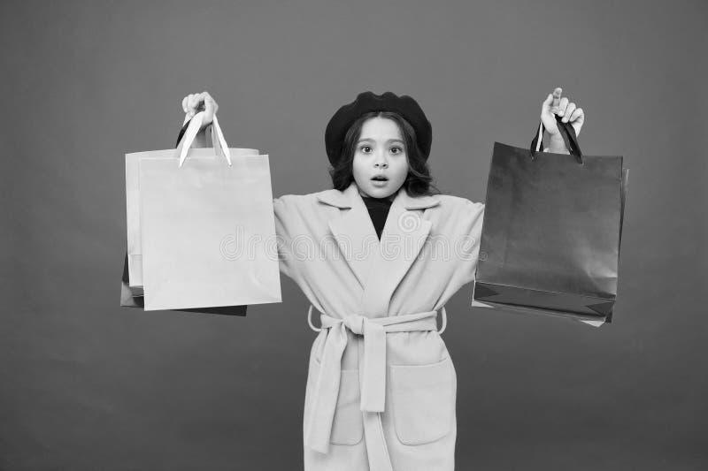 t Получите главный шкаф освежите с продажами весны в магазинах Красный цвет хозяйственных сумок владением ребенк девушки милый стоковые фото