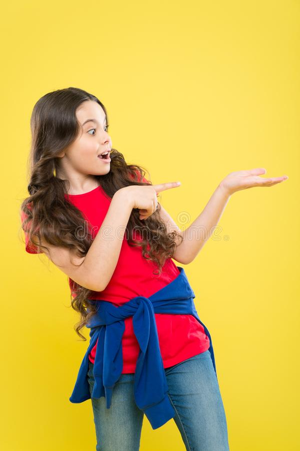 t ребенок хипстера салон парикмахера skincare и естественные волосы счастливая девушка с стоковые фотографии rf