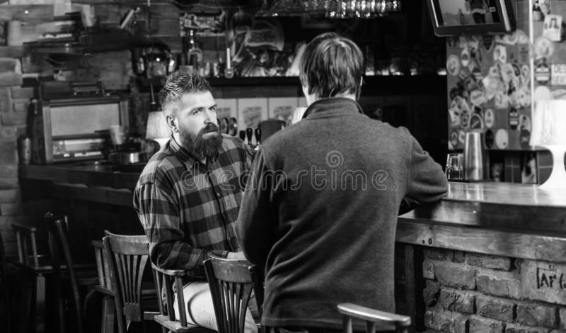 t 行家残酷有胡子的人花费与朋友的休闲在酒吧柜台 E 免版税图库摄影