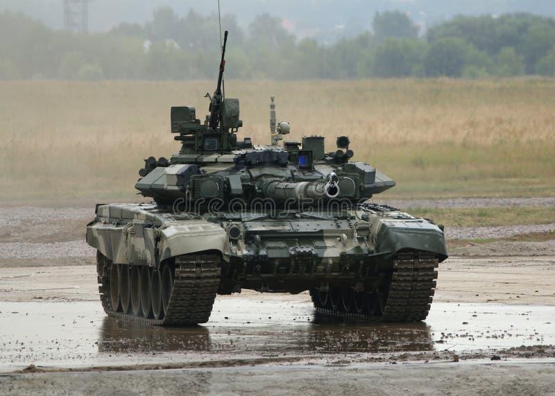 T-90 é um tanque de guerra do russo imagens de stock