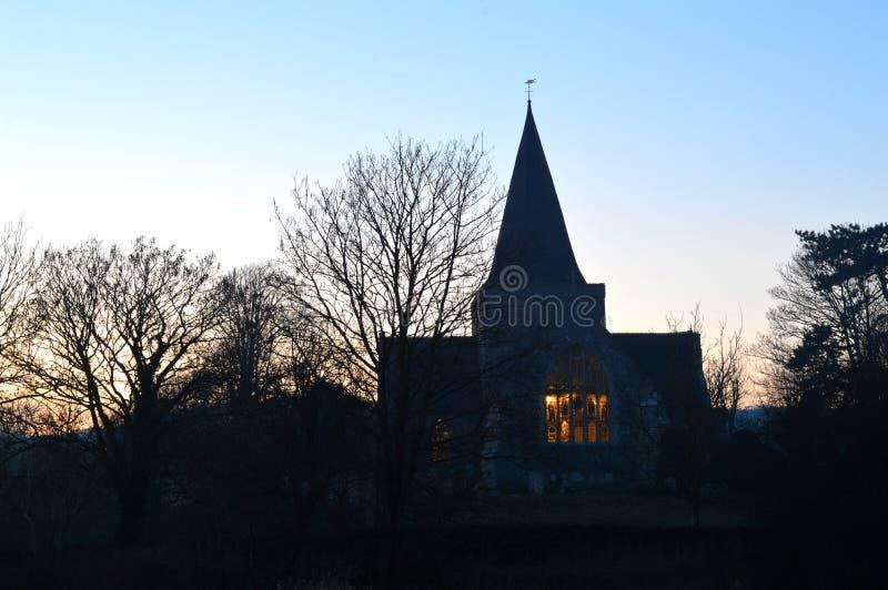 T Andrews Church Alfriston East Sussex no nivelamento mostrado em silhueta em parte imagem de stock royalty free
