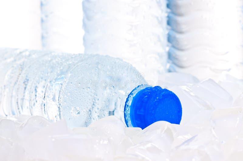 tät ismineral för flaska upp vatten arkivbild